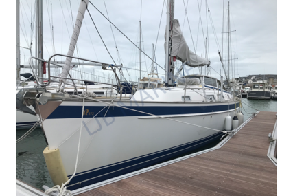 Hallberg-Rassy 372 for sale in France for €208,000 (£190,660)
