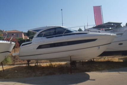 Jeanneau Leader 33 for sale in France for €299,000 (£257,923)