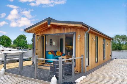 Custom 1 Bedroom Floating Lodge for sale in United Kingdom for £149,000