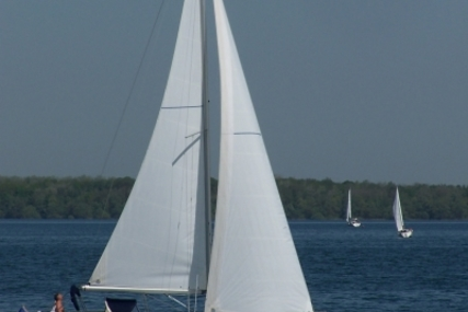 Beneteau Oceanis 323 Clipper Shallow Keel for sale in France for €49,500 (£43,778)