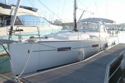 Beneteau Oceanis 41 for sale in France for €175,000 (£156,084)