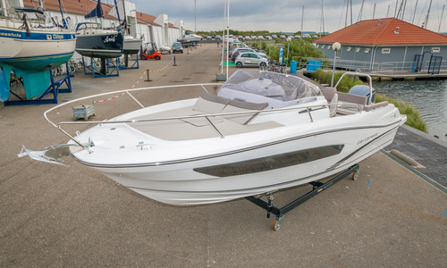 "Image of Jeanneau Cap Camarat 7.5 Wa Serie 2 ""new - On Display Model 2017"" for sale in Netherlands for €69,500 (£61,187) In verkoophaven, Netherlands"