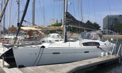 Image of Beneteau Oceanis 40 for sale in France for €118,000 (£103,365) LORIENT, France