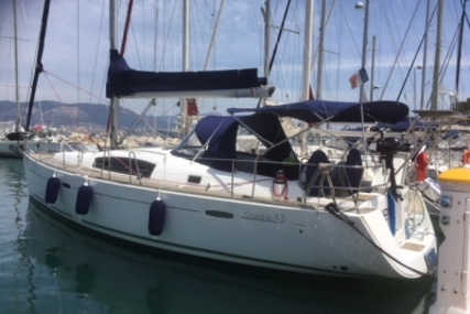 Beneteau Oceanis 43 for sale in France for €115,000 (£102,585)
