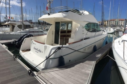 Prestige 32 for sale in France for €79,000 (£69,385)