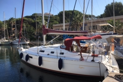Beneteau Oceanis 321 for sale in France for €36,000 (£31,860)