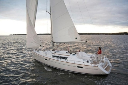 Jeanneau Sun Odyssey 39i for sale in Portugal for €85,000 (£74,457)